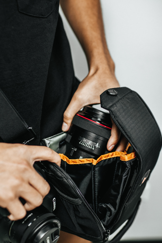 Kamera kulkee mukana helposti ja turvallisesti hyvässä kameralaukussa